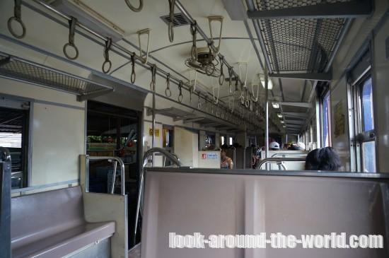 メークロン線を走る列車内のシートチェックと駅でのキップの買い方