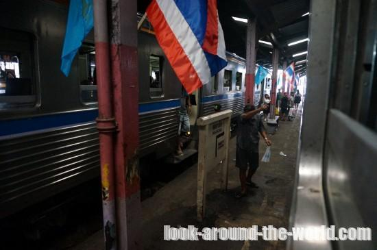 メークロン線のマハチャイ駅構内のディープな市場と運行車両を紹介