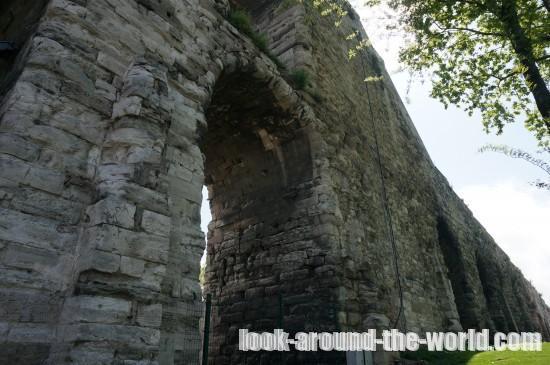 世界遺産ヴァレンス水道橋とスュレイマニエ・ジャーミィを徒歩で散策